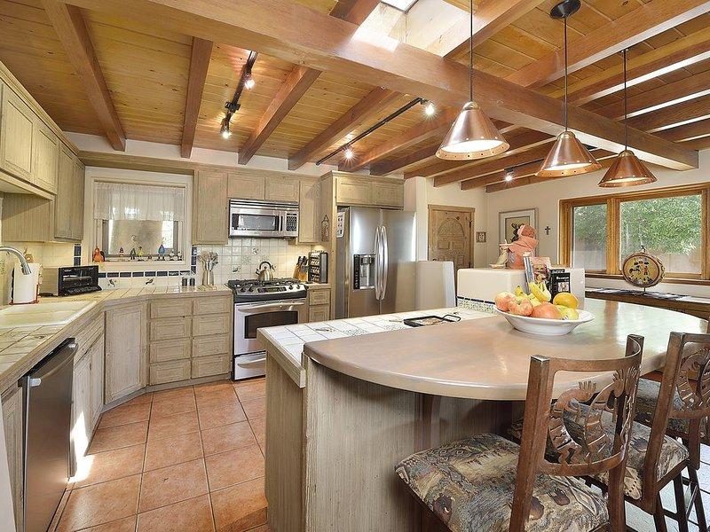 Large Historic 1920s Pueblo Revival Adobe Home: Easy walk to everything Santa Fe, alquiler de vacaciones en Sierra County