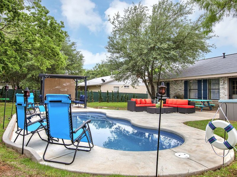 Huge Hot Tub,  Saltwater Pool,Fire Pit, Bachelorettes welcome!Low midweek prices, vacation rental in Fredericksburg