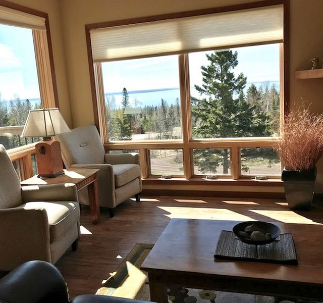HERITAGE ON THE HILL...3 or 4 bdrms., 3 bathrooms overlooking Lake Superior, alquiler vacacional en Schroeder