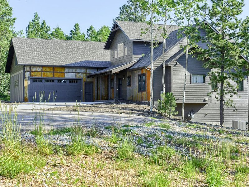 New Cabin 5 BR All Suites Close to Deadwood with Hot Tub on Paved Roads!, holiday rental in Lead