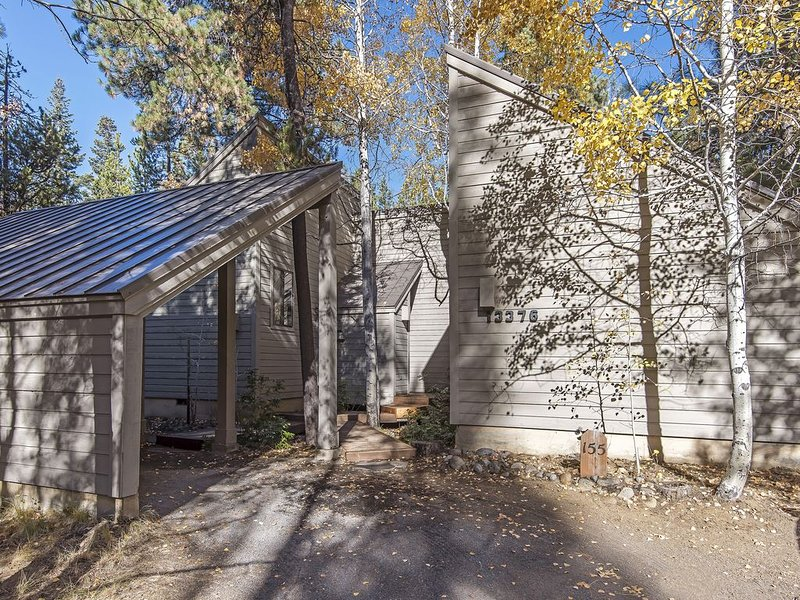 GH#155 Charming and Comfortable Cabin Set Among the Aspens, Walk to Lodge, holiday rental in Black Butte Ranch