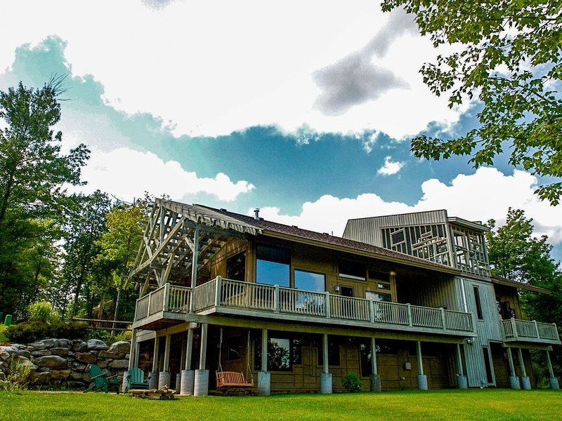 Unique mountain getaway with garage, fireplace & hot tub, alquiler vacacional en McHenry
