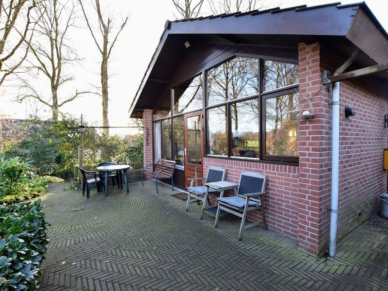 Wooden Holiday Home with Private Terrace & Garden in Aalten, holiday rental in Silvolde