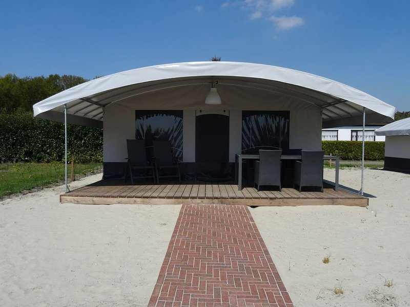 Comfortable tent lodge near the Loonse and Drunense Duinen, vacation rental in Cromvoirt