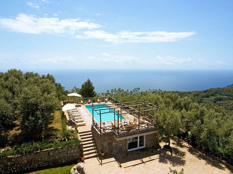 Le Capannelle-Tosca Residence Apartment with Pool, Parking, AC, Ferienwohnung in Sant'Agata sui Due Golfi