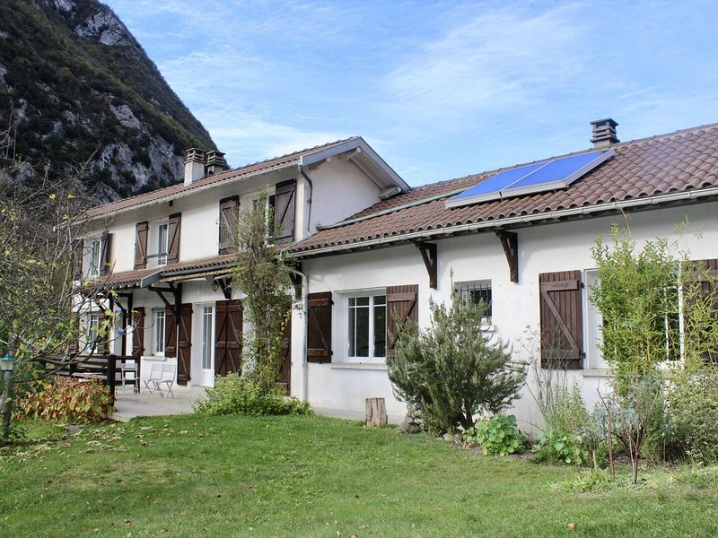 Charming Holiday Home with Mountain and River Views, location de vacances à Ussat