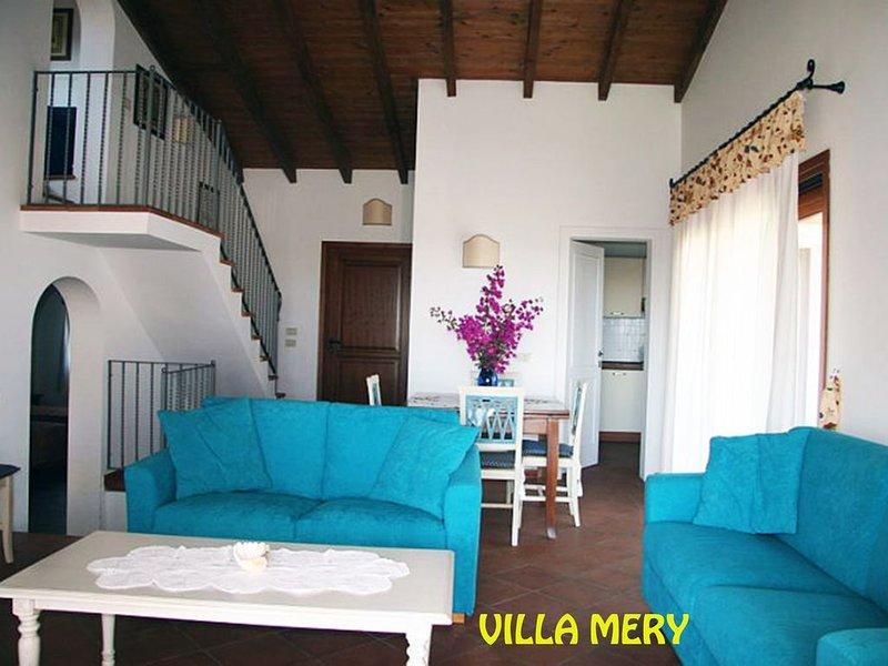 Villa bifam. 130 mq su due livelli, con giardino e piscina privati ad uso esclus, holiday rental in Stintino