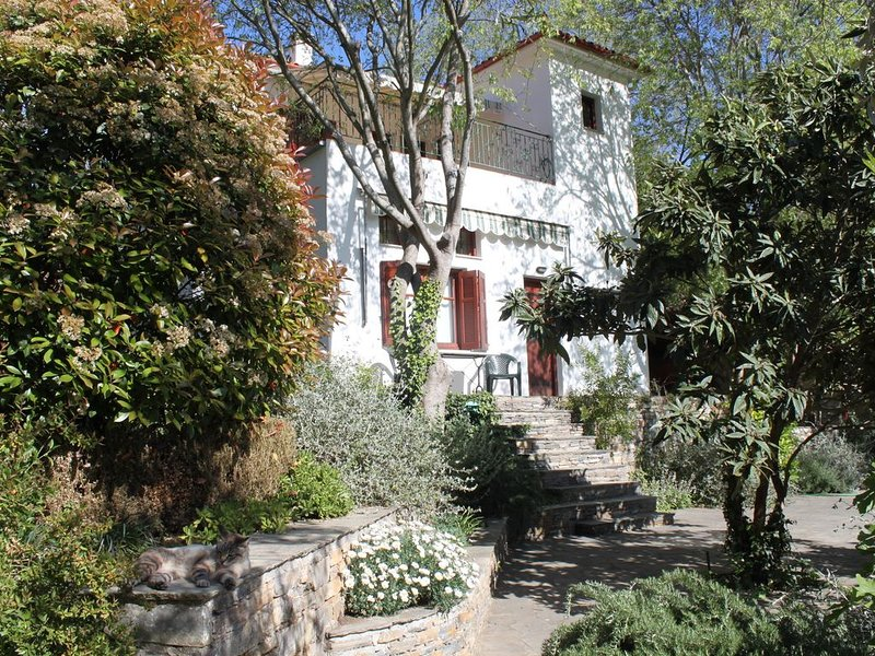 APHROULA'S APARTMENT - for 2 - 4 persons in a beautiful, quiet corner of Greece, location de vacances à Milina