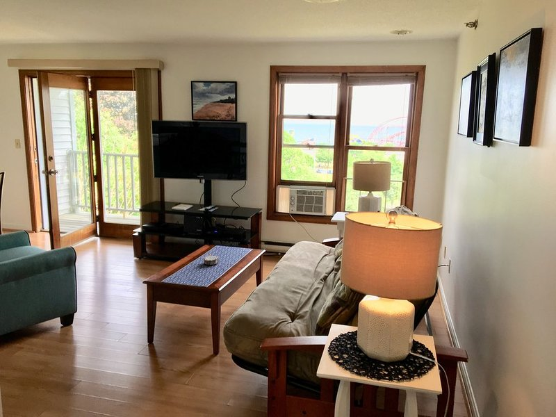 Neat and Clean Oceanview condo...close to the beach, location de vacances à Old Orchard Beach