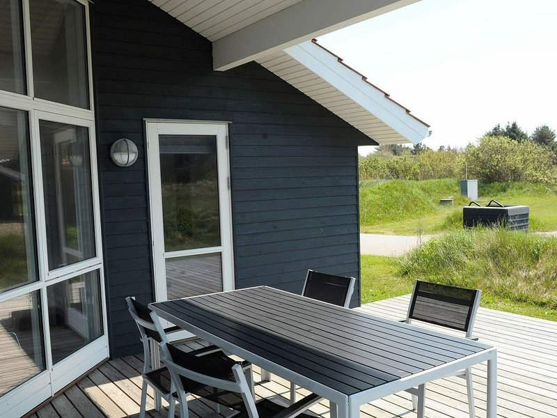 Cozy Holiday Home in Ulfborg with Whirlpool, Ferienwohnung in Baekmarksbro