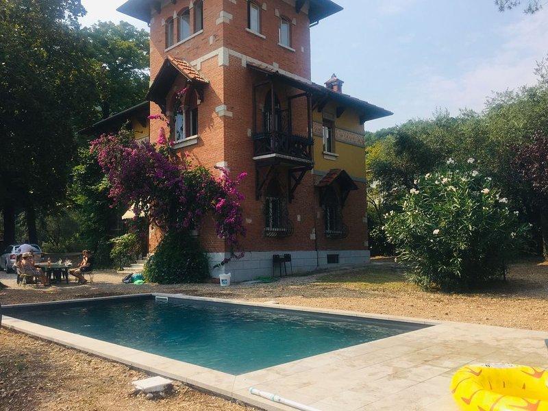 Storica villa con piscina, enorme parco e vista lago mozzafiato per 10 persone, holiday rental in Gardone Riviera