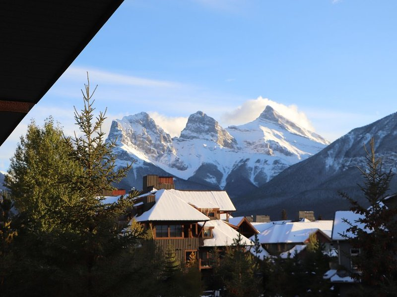 Cozy 2 Bdrm Mountain View Condo, Great Base for Adventure & Relaxation!, vacation rental in Seebe