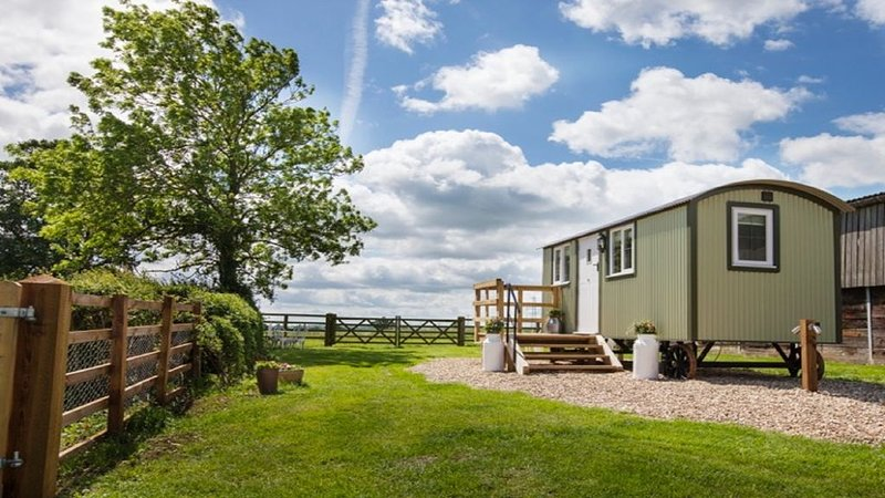 Folly Farm Shepherd Hut, holiday rental in Weedon