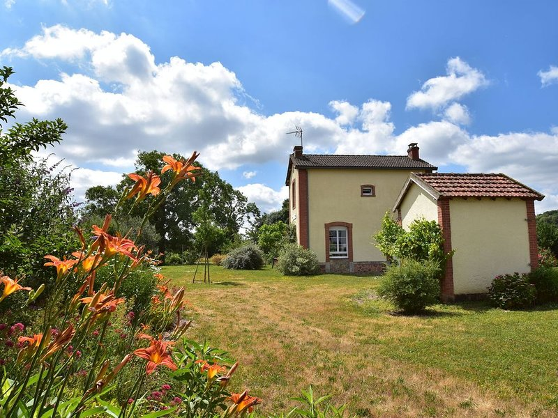 Peaceful Holiday Home in Crux-La-Ville with Fenced Garden & Play Equipment, aluguéis de temporada em Corbigny