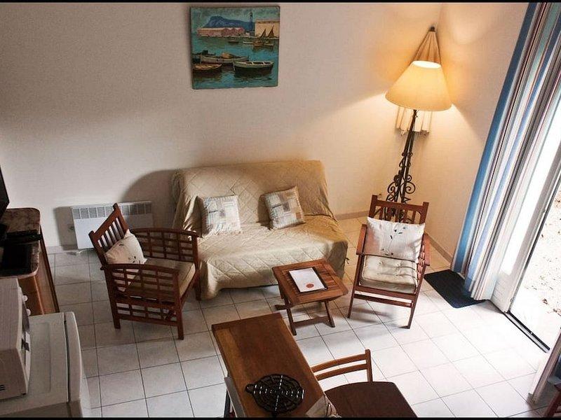 2 Bedroom Villa, Beaumont Holiday Resort, V8, Agde, holiday rental in Florensac