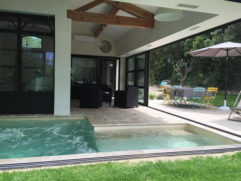 Maison indépendante, clôturée avec jardin et piscine intérieure chauffée privés, location de vacances à Uchaux