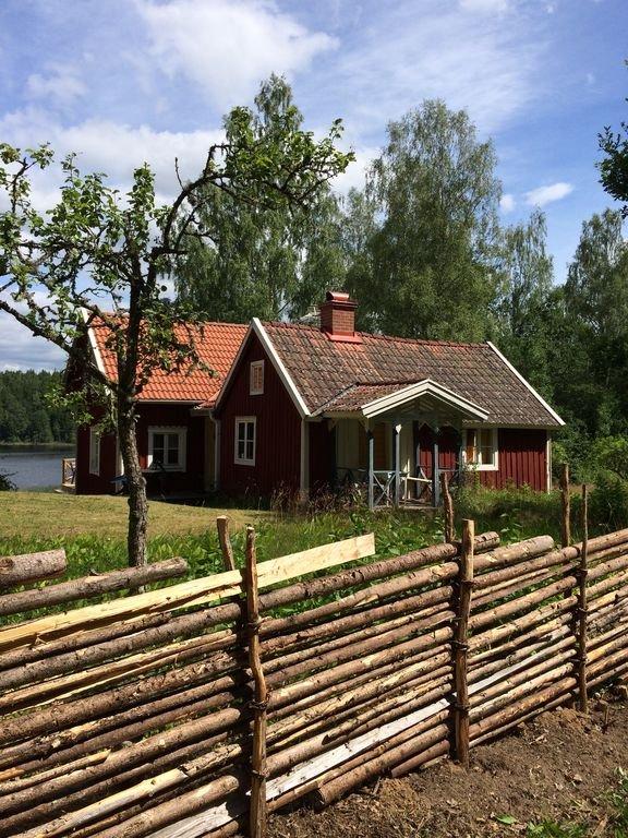 Cabaña junto al lago, cerca de Astrid Lindgren's World Baño en la cabaña y el barco.