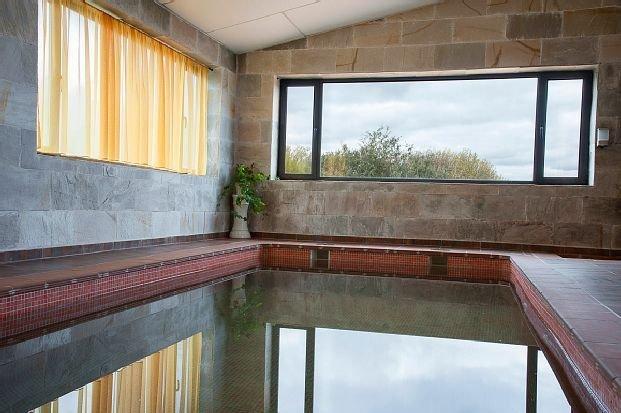 Piscina climatizada, Casa El Arrebol Rural para 17 personas, holiday rental in Los Angeles de San Rafael