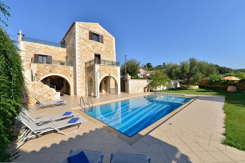 Joanna Villa, a magnificent historic villa with private pool, Ferienwohnung in Platanias