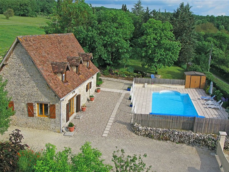 Charming Cottage, Private Heated Pool&Gardens. Near Lot & Dordogne river valleys, holiday rental in Séniergues