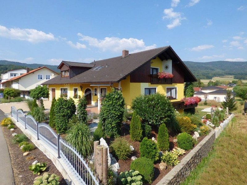 Scenic Apartment with Balcony, Garden, Deckchairs, Barbecue, vacation rental in Waffenbrunn