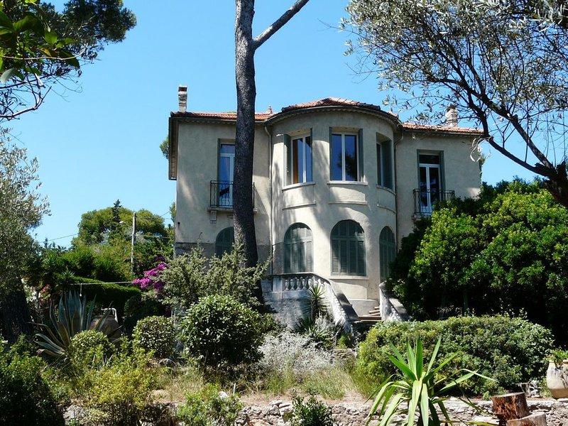 TOUT A PIEDS  T4 classé 3*dans villa avec Parc et vue mer, location de vacances à Sanary-sur-Mer