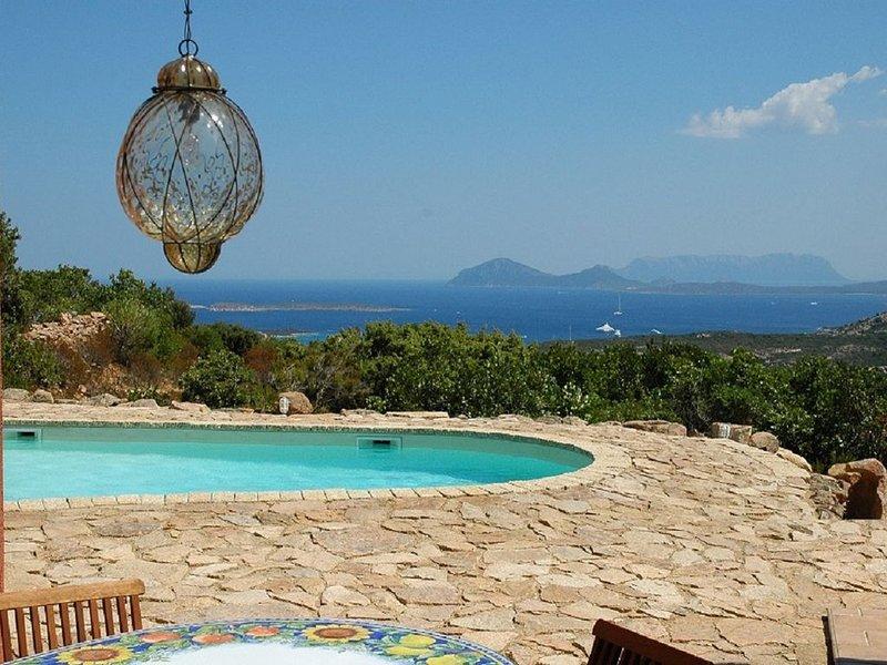 Superbe villa, vue mer Cala di Volpe, proche club golf, TARIF TOUT INCLUS, vacation rental in Porto Cervo