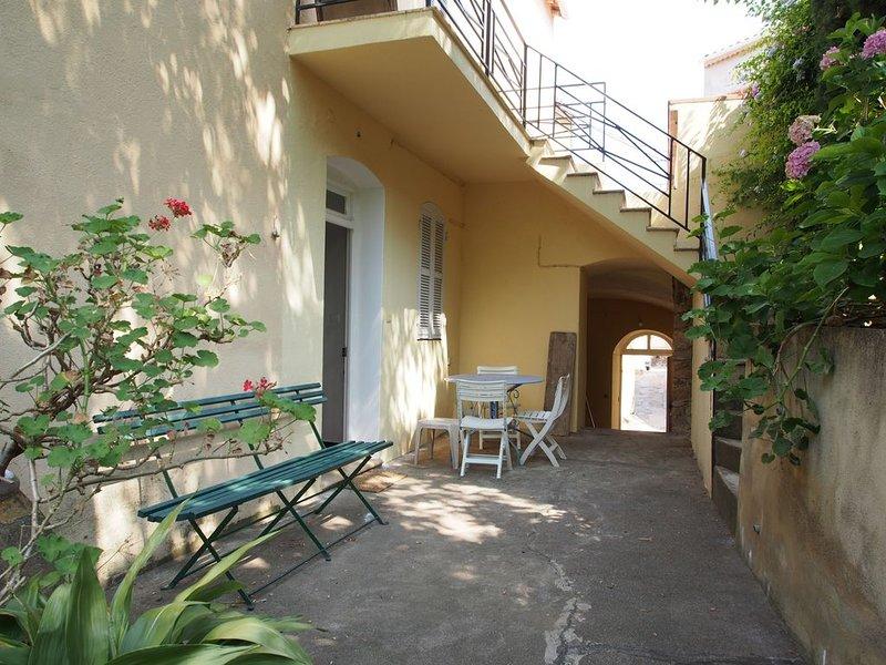 Maison avec terrasses et jardin au coeur du village de Calenzana, holiday rental in Calenzana