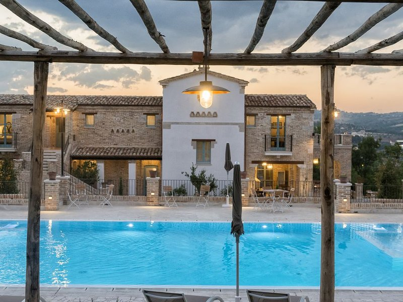 Residenza di Campagna, 10 camere e 10 bagni, piscina  acqua salina, panoramica., vakantiewoning in Alba Adriatica