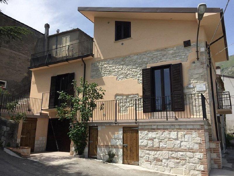 Modernised town house in pretty, traditional village with amazing views., location de vacances à Civitella Messer Raimondo