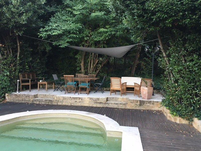 Maison spacieuse de caractère avec piscine et vue sur le Palais des papes., holiday rental in Villeneuve-les-Avignon