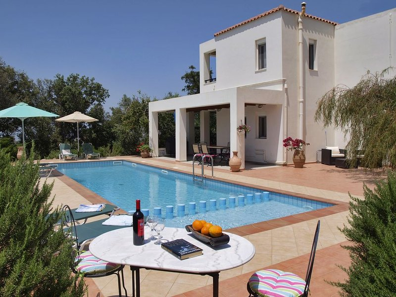 Luxury villa with large private pool, sea and mountain views in Vamos, Crete, location de vacances à Vamos