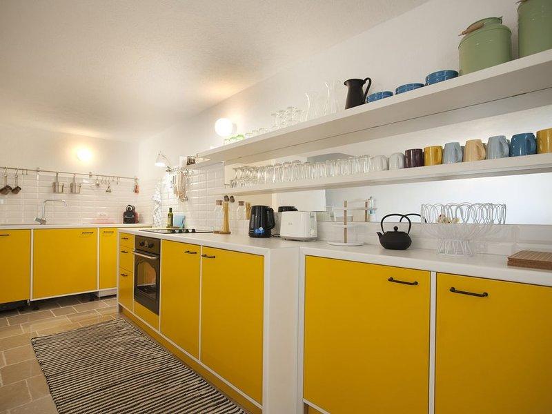 Designer house in Mediterranean seaside village, alquiler de vacaciones en Rezevici