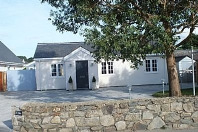 4 Star, Three Bed Luxury Holiday Cottage With Hot Tub And Woodburning Stove, holiday rental in Porthmadog