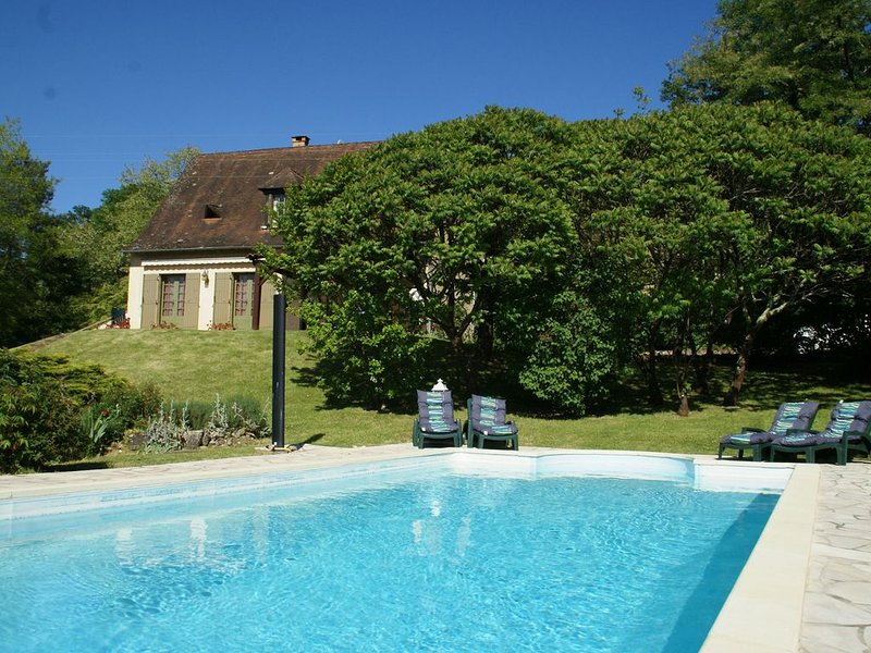 Holiday home with private swimming pool and view of the hills, in Trémolat, location de vacances à Alles-Sur-Dordogne