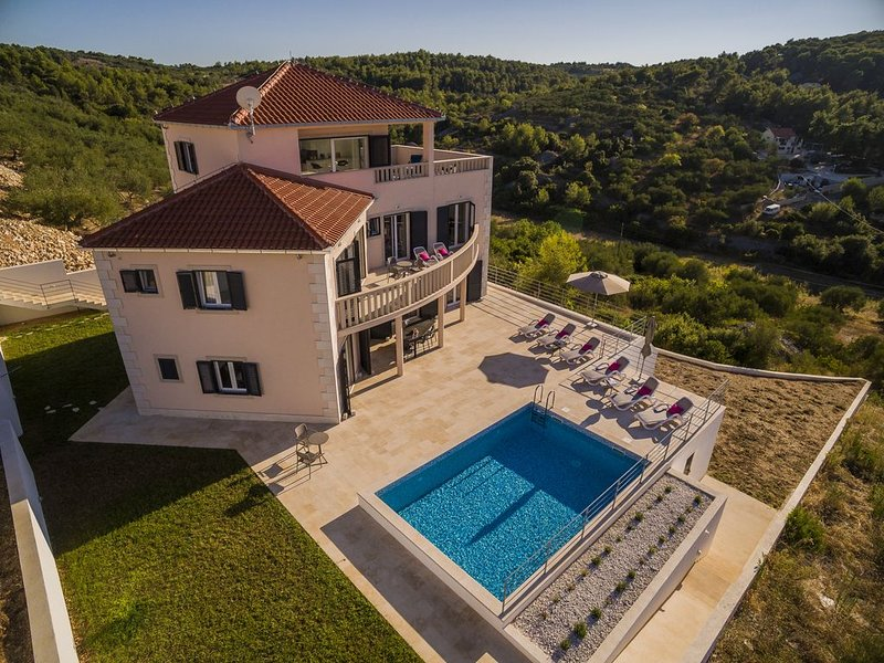 VILLA DE RÊVE, ENDROIT IDYLLIQUE, DREAM VILLA, 5 bdr, for10 to 12, POOL, SEA, vacation rental in Sutivan