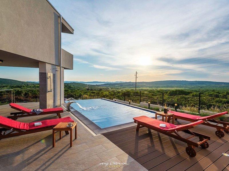 Villa near Zadar with a glorious view, Ferienwohnung in Debeljak