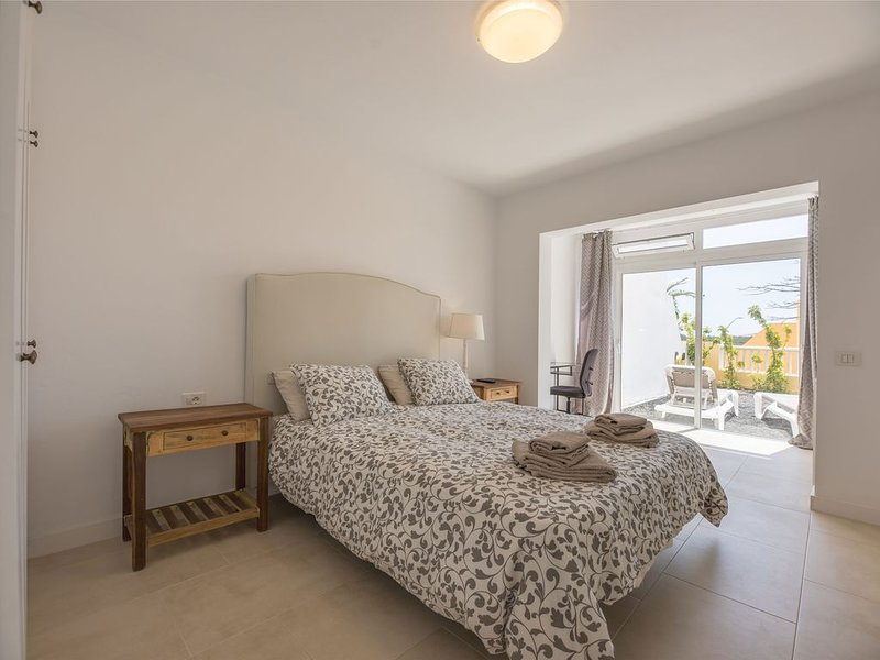Grande, luminoso e tranquillo con terraza, 3 camere,  3 bagni, wifi., vacation rental in Costa Calma