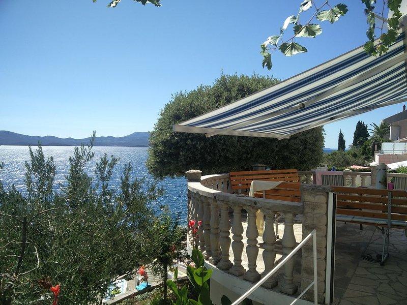 Villa Mediterraneo - appartamento con terrazzo di 30mq 3 camere letto due bagni, holiday rental in Komarna