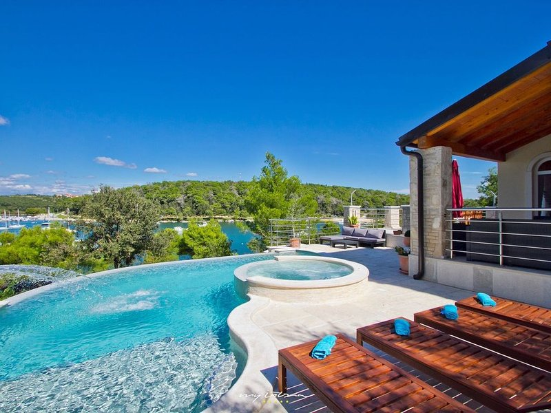 Waterfront villa with private pool near Pula, holiday rental in Banjole