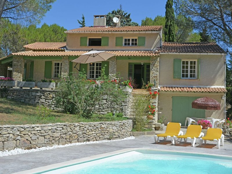 Lush Villa in Beaucaire with Swimming Pool, holiday rental in Vallabregues