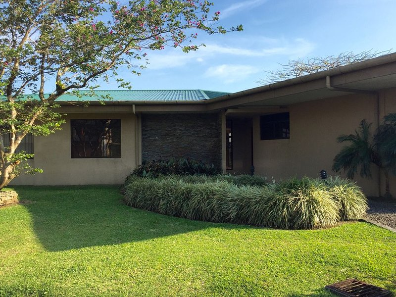 Espaciosa casa con vistas espectaculares del lago y volcán Arenal, holiday rental in Tenorio Volcano National Park