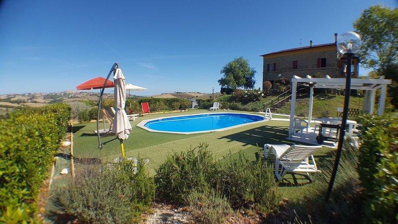 Confortevole villa con piscina privata vicino al mare nella campagna marchigiana, location de vacances à Francavilla d'Ete