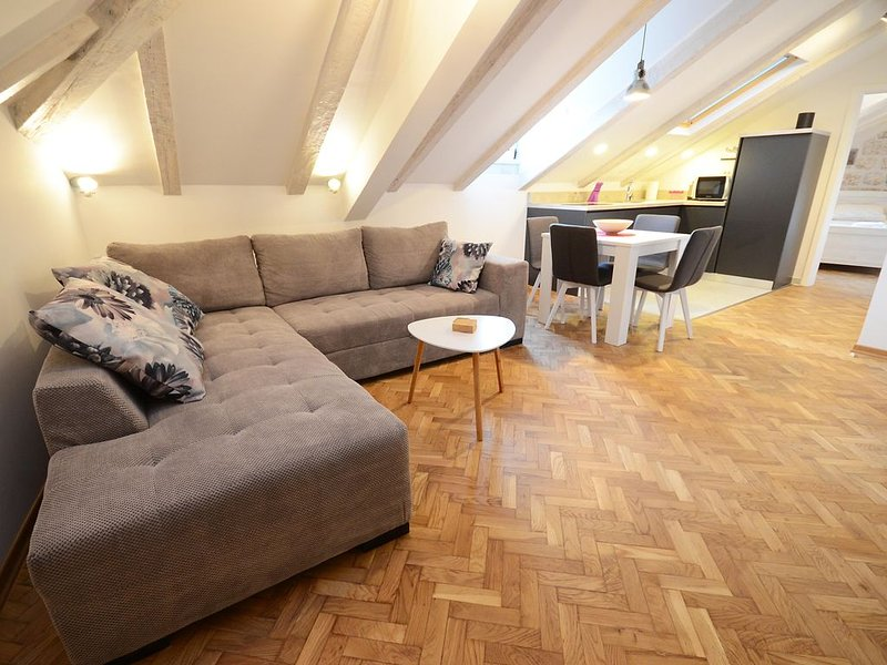 ''Corner'' -Modern, cosy, attic apartment with square view in Kotor Old Town, holiday rental in Njegusi
