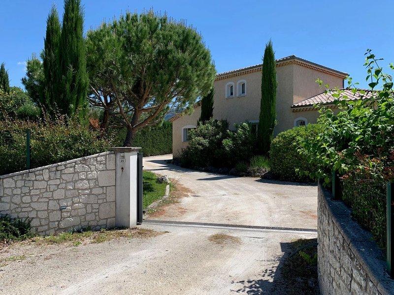 Maison spacieuse avec piscine et jardin idéale pour des vacances en famille, holiday rental in Saint-Julien-du-Gua