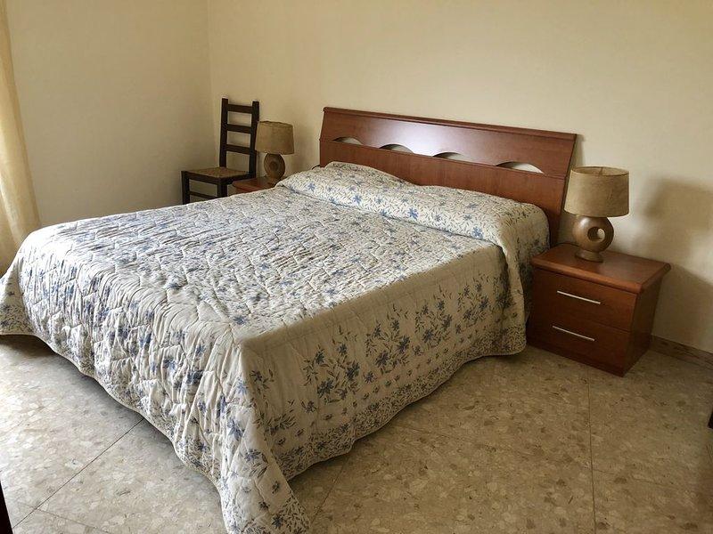 Luminoso appartamento con 2 camere da letto, Fondi, holiday rental in Vallecorsa