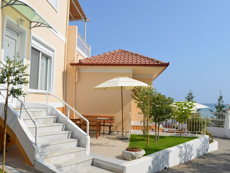 Seafront Holiday Home Dafni 2 on a Long Sandy Beach, GeoMare, Ground Floor, holiday rental in Nea Kallikratia