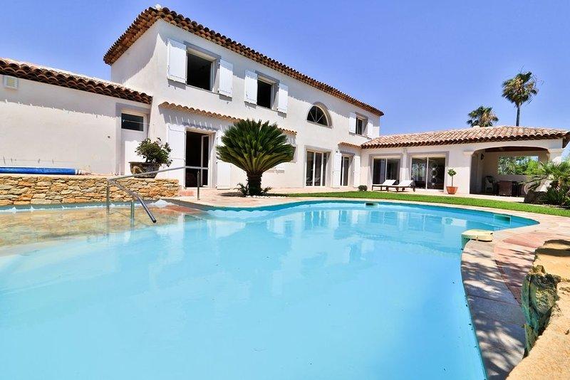 Grande villa récente, avec piscine chauffée, à 2 pas du port et des plages, holiday rental in Carqueiranne