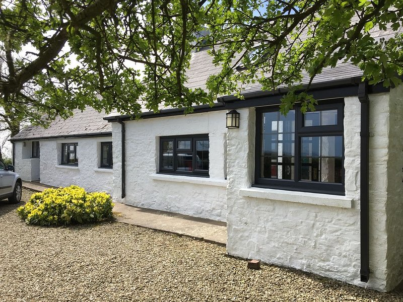Character cottage, outside Newport, 5 minute drive to Newport Sands & Golf club, holiday rental in Moylegrove