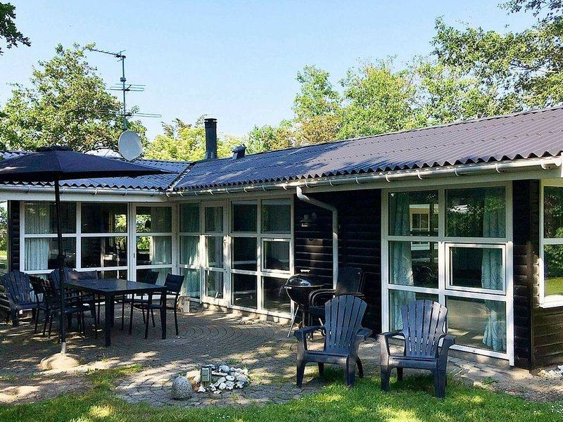 Picturesque Holiday Home in Knebel with Swimming Pool, holiday rental in Foelle Strand